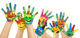 viele bemalte bunte Kinderhände